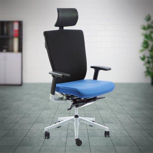 Hyvä työtuoli Ergonea Fabric keinumekanismilla, käsinojilla ja niskatuella on ergonominen toimistotuoli edulliseen hintaan